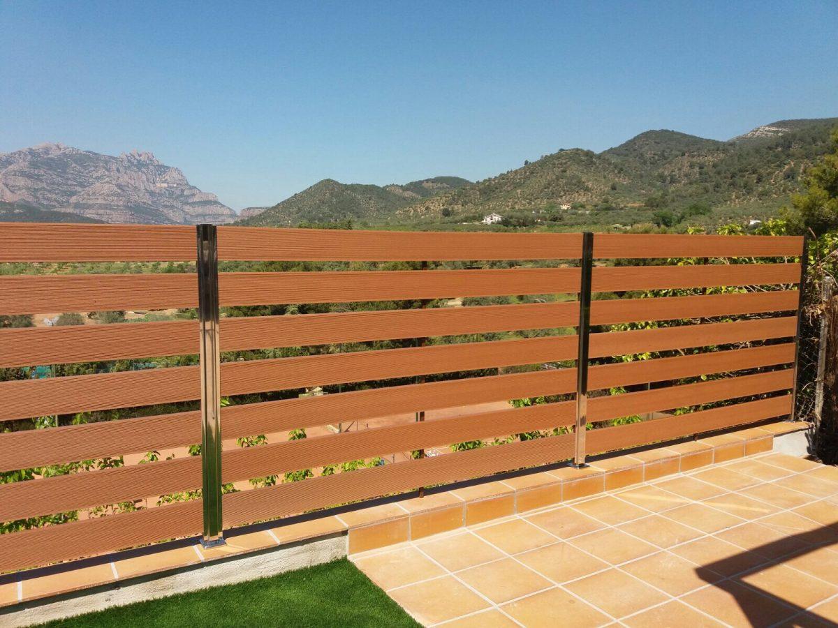 Nueva valla para terrazas con madera tecnologica y postes acero inoxidables
